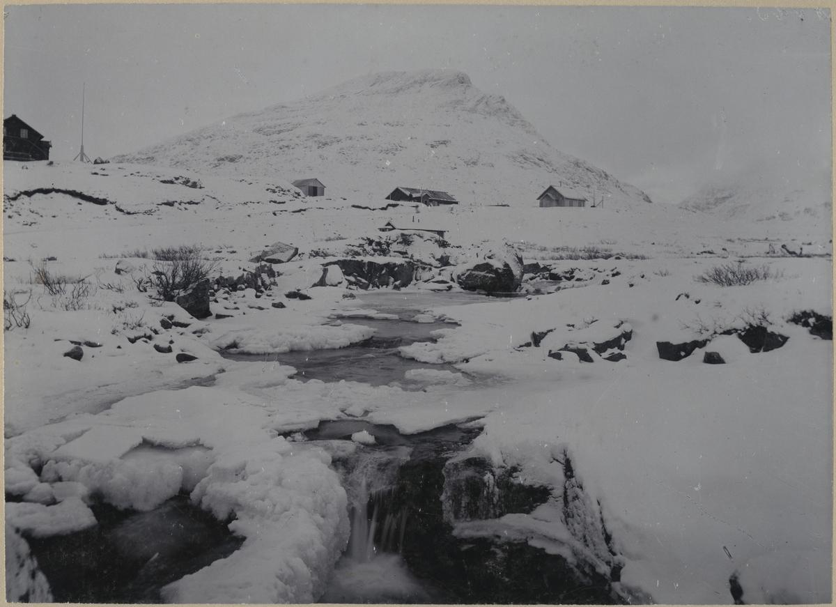 Utsikt över Vassijaure med Kaderjokk i förgrunden. Från vänster på bilden Krogs villa, sjukstuga och kapell.
