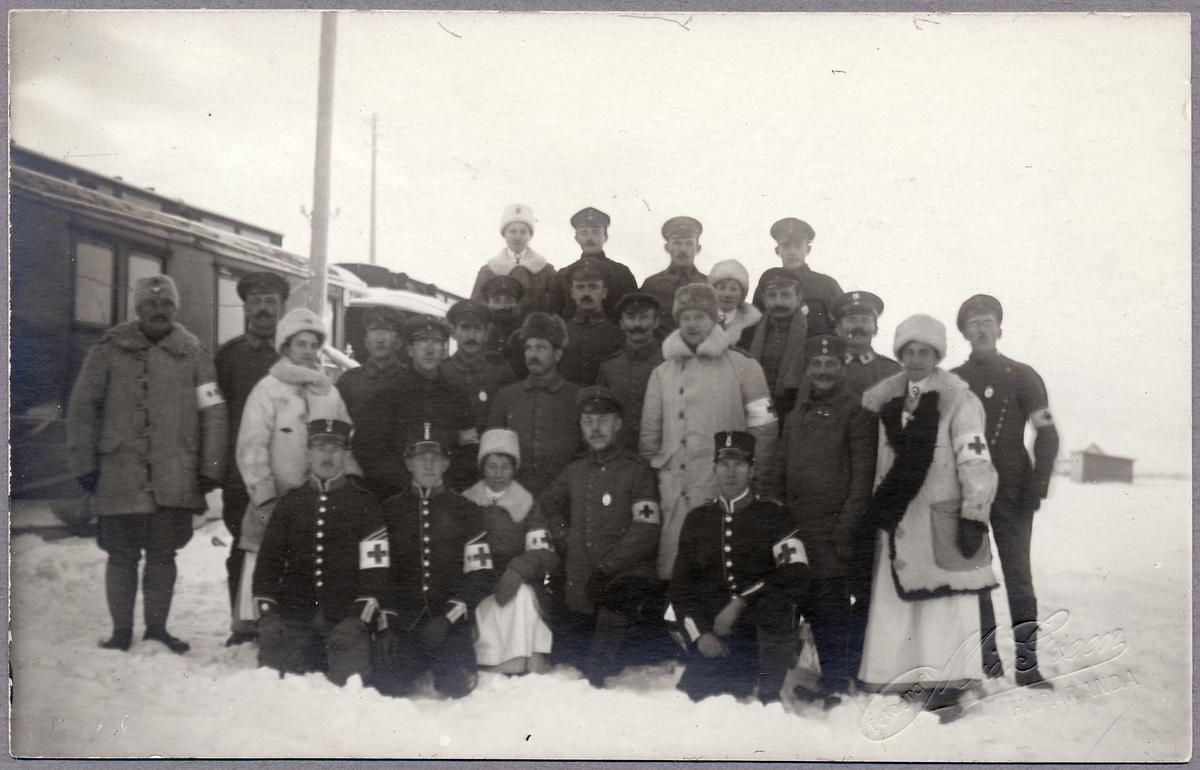 Sjukvårdspersonal står uppställda i Haparanda under Första världskriget.