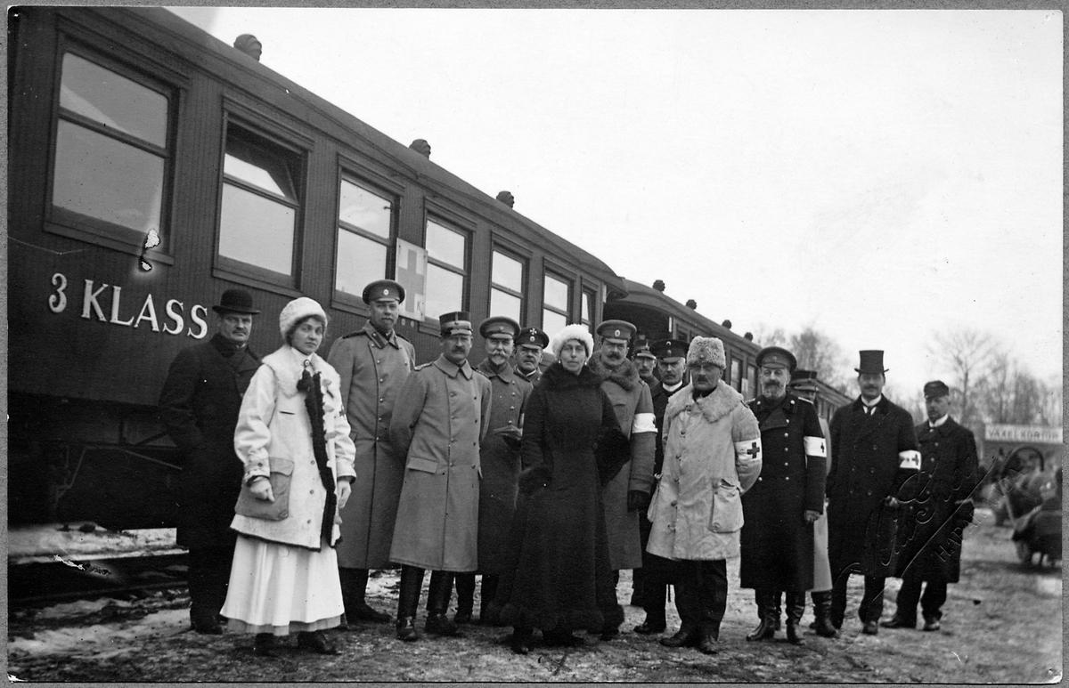 Sjukvårdspersonal intill ett invalidtåg i Hapranda under Första världskriget. I mitten av bilden i svart kappa står den ryska Storfurstinnan Victoria Feodorovna.