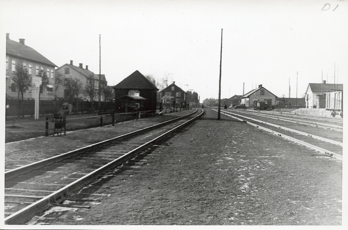 Vy över stationsområdet i Sävsjö. Den mörka byggnaden på vänster sida är stationshuset.