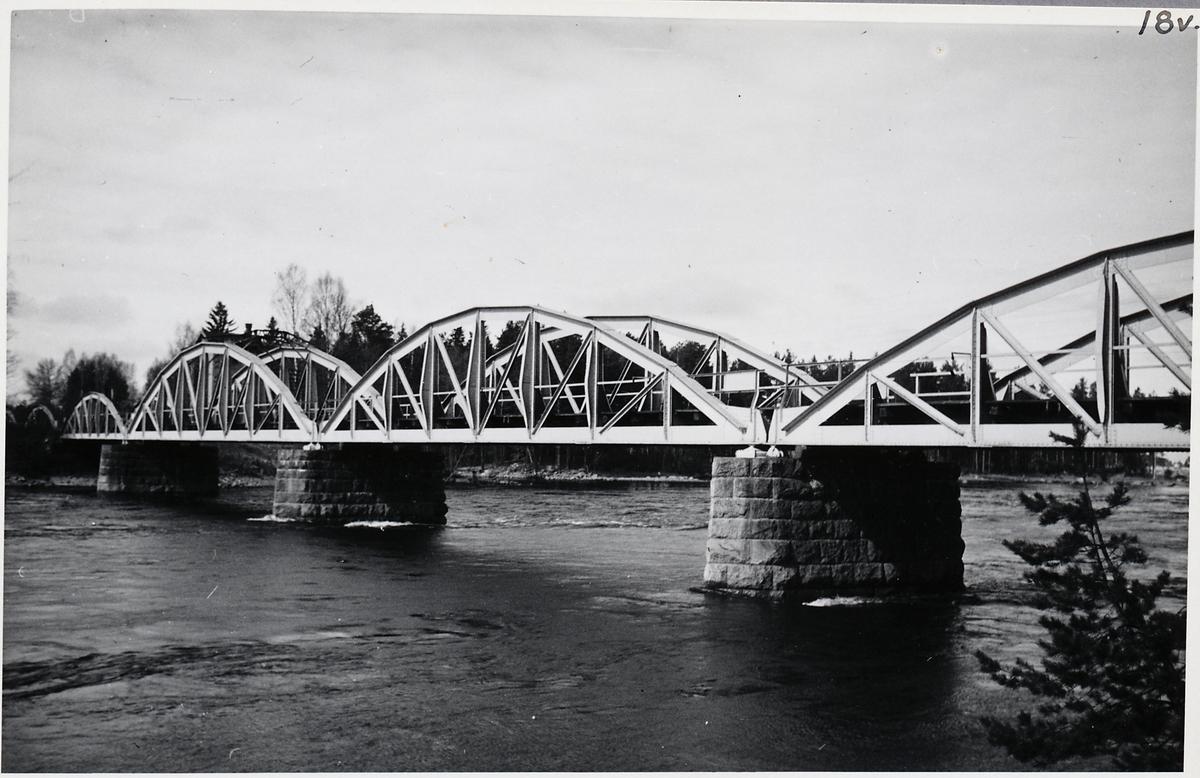 Järnvägsbron vid Älvkarleö.