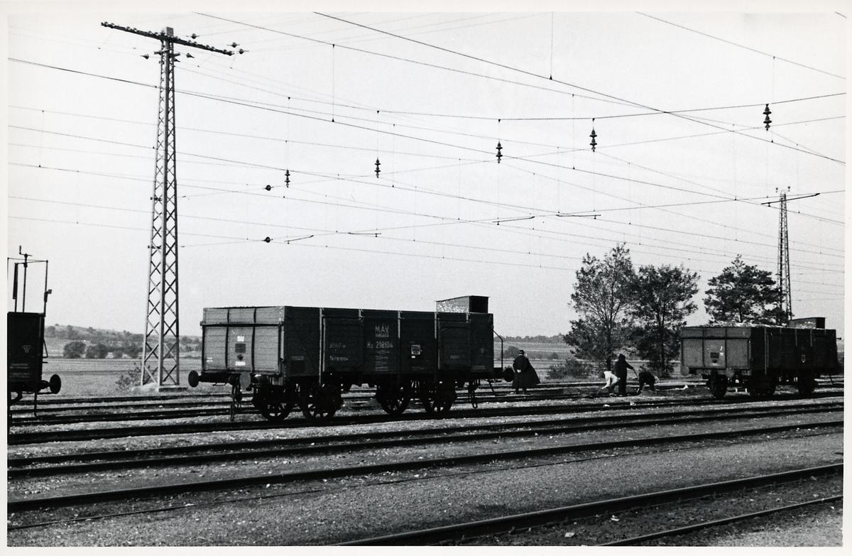 Bangårdsarbete. Magyar Allamvasutak, MAV Kz 218104, godsvagn.