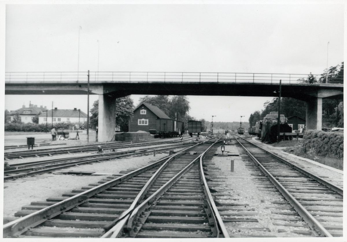 Vägbro över bangården vid Spånga station.