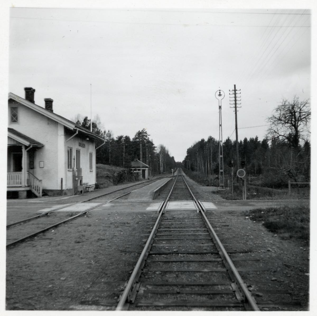 Järnvägsövergång i Forshult med stationen till vänster.