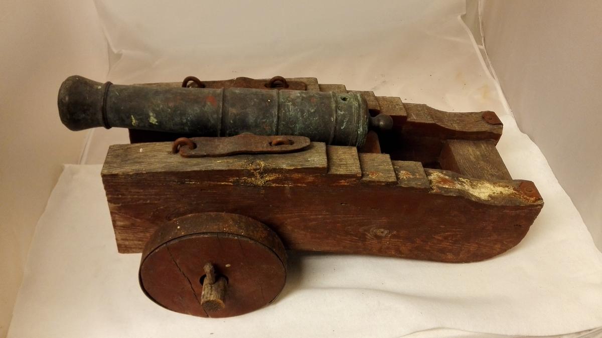6 messingkanoner paa lavet (12173 - 78).  3 större og 3 mindre messingkanoner (en av de smaa mangler for öieblikket, men kommer sandsynligvis tilrette med det förste). Til kanonerne hörer gamle lavetter, dels av bjerk, dels av furu. De er nu restaurert og overmalt med rödbrun farve. Lavetterne staar paa hjul av træ. De tre störste har saa langt tilbake som tradision derom has staaet paa Amble og været benyttet som salutkanoner jul. nytaar og ellers ved festlige anledninger. De tre mindste blev i 1850 aarene bragt til Amble fra Kroken, hvor de har været i Munthenes eie av Kaptein Gerhard Daae. Oprindelig har der været 4 store og 4 smaa.  Deponert fra G.F. Heiberg, Amble.