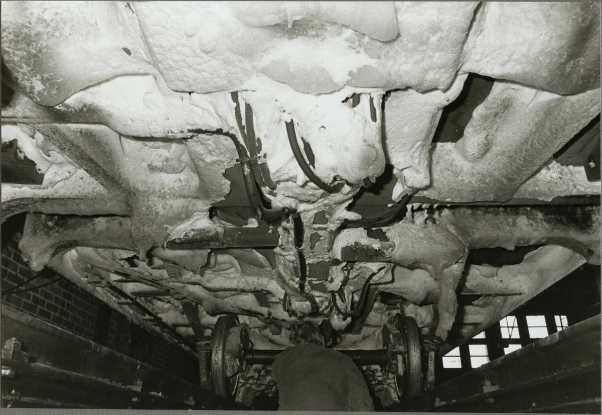 Snötäckt undersida av godsvagn.