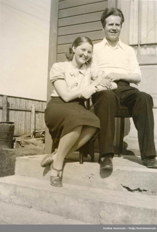 Anny og Gottfred Pedersen på trappa sommer 1939.