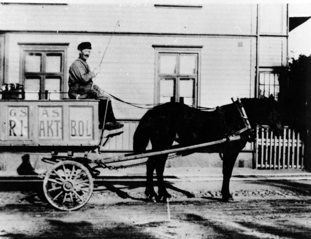 Gotthard Olsson, utkörare av pilsner från Alingsås bryggeri, sitter i bryggeriets vagn bakom en häst.