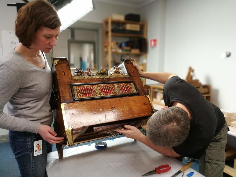 Å gjøre lirekassen spillbar krever grundig arbeid. Her fra konserveringsverkstedet på Ringve.