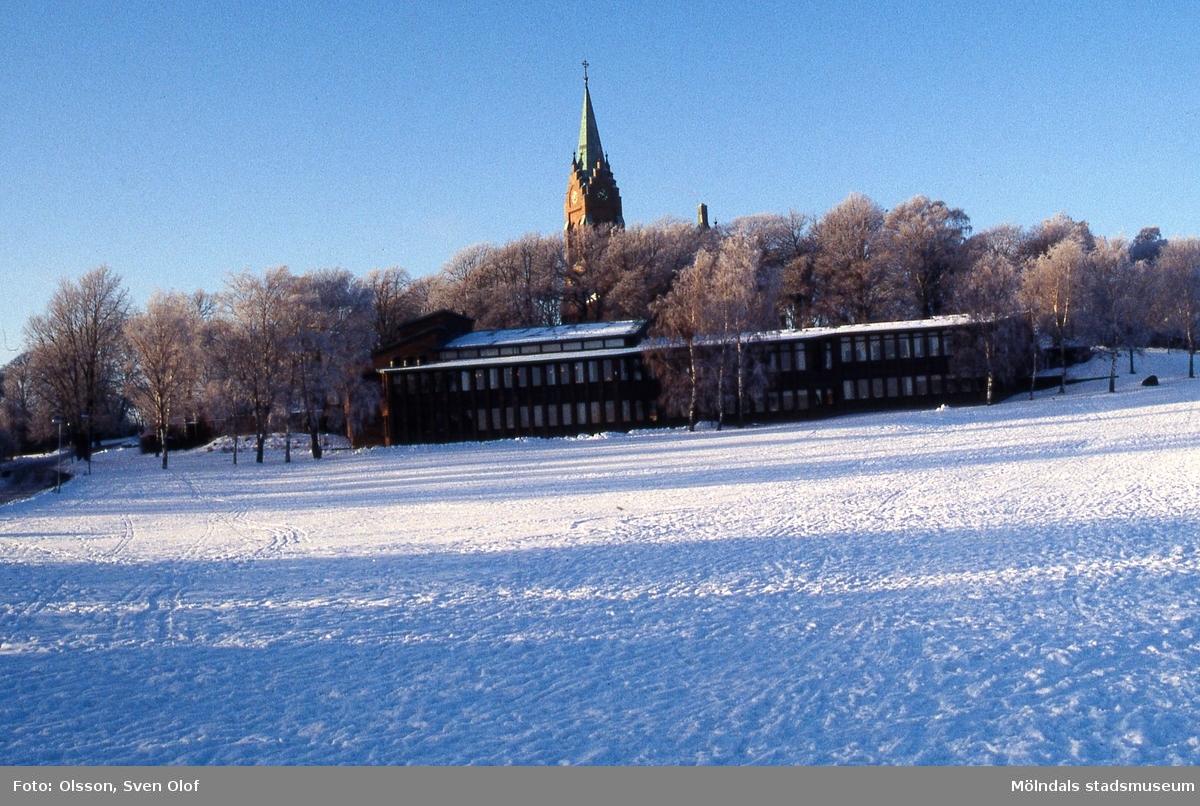 Fässbergs församlingshem och Fässbergs kyrka i rimfrost. Mölndal i december 1996.