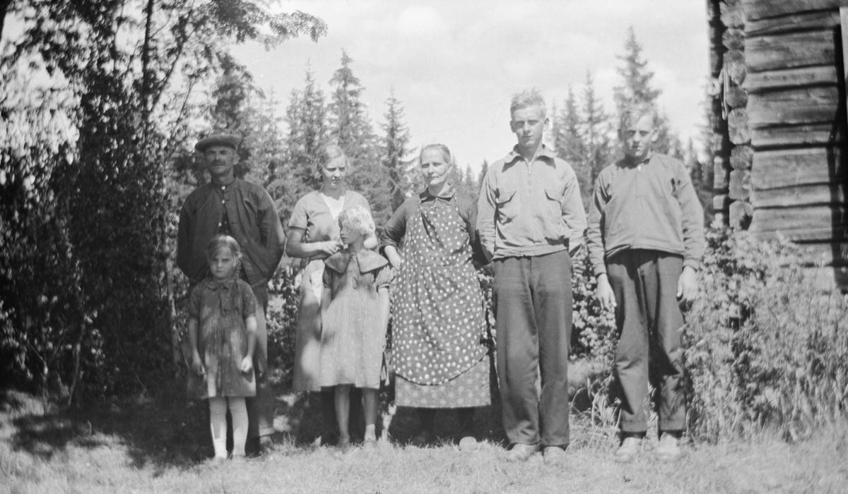 Gruppebilde av fem voksne og to barn