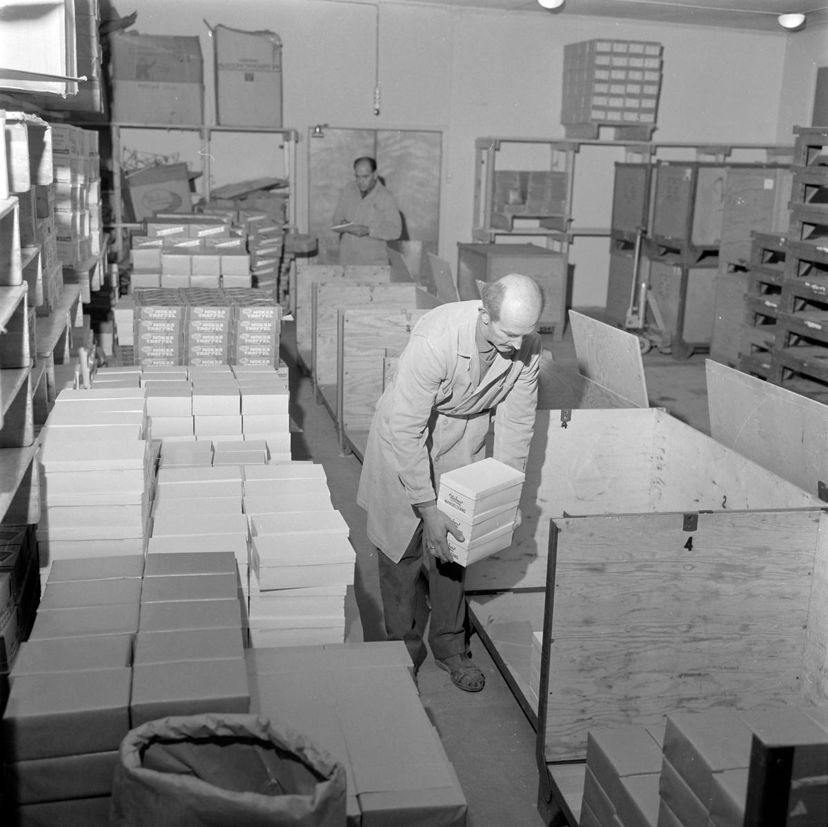 Nidar Chokoladefabrik A/S. Pakking i trekasser for transport
