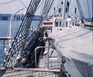 Kadetter stilt opp på dekk på skoleskipet STATSRAAD LEHMKUHL.
