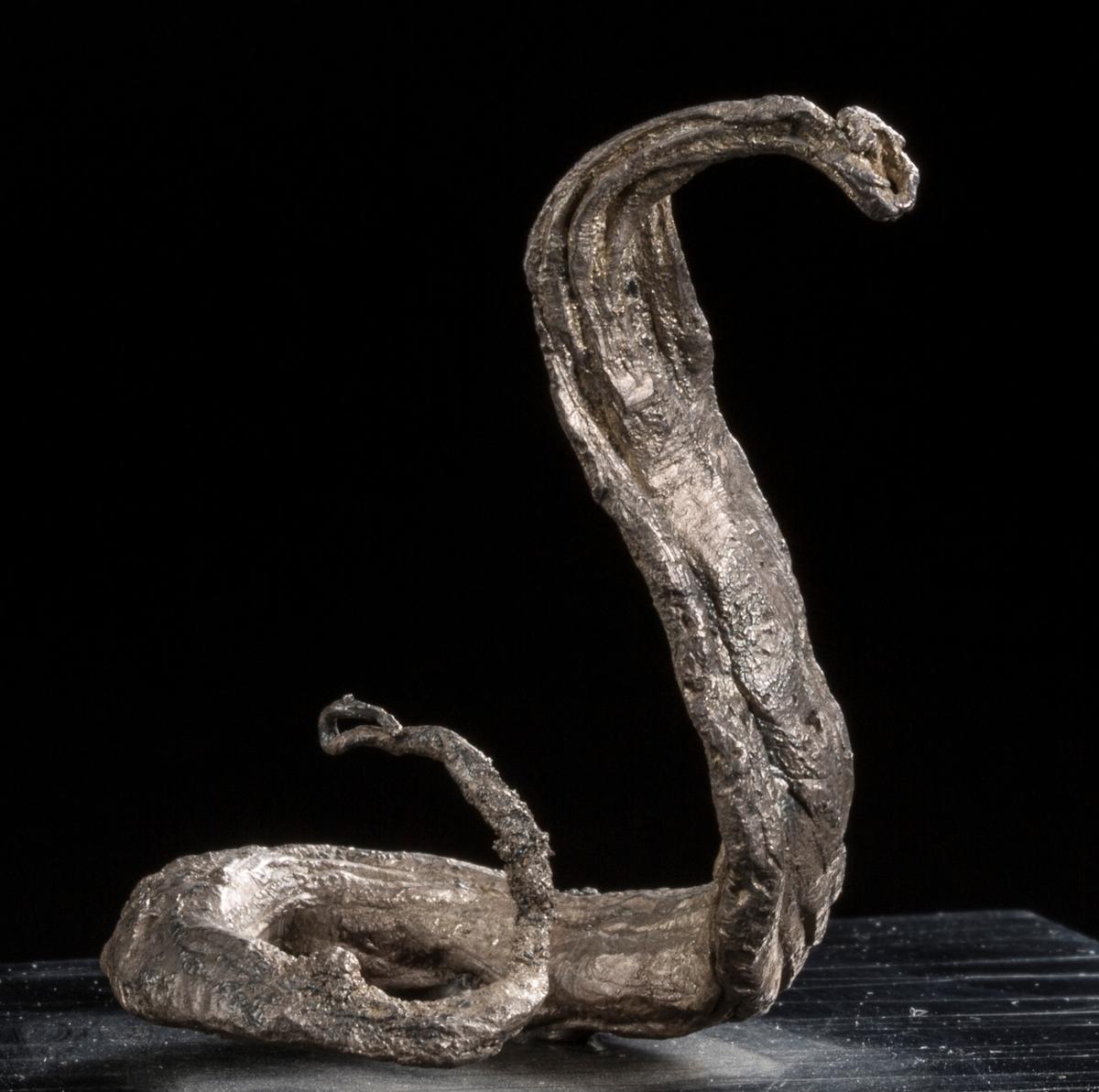 """""""Slange"""" på svart plate Vekt: 68,16 g (med sokkel) Størrelse: 4,6 x 3,8 x 3,2 cm"""