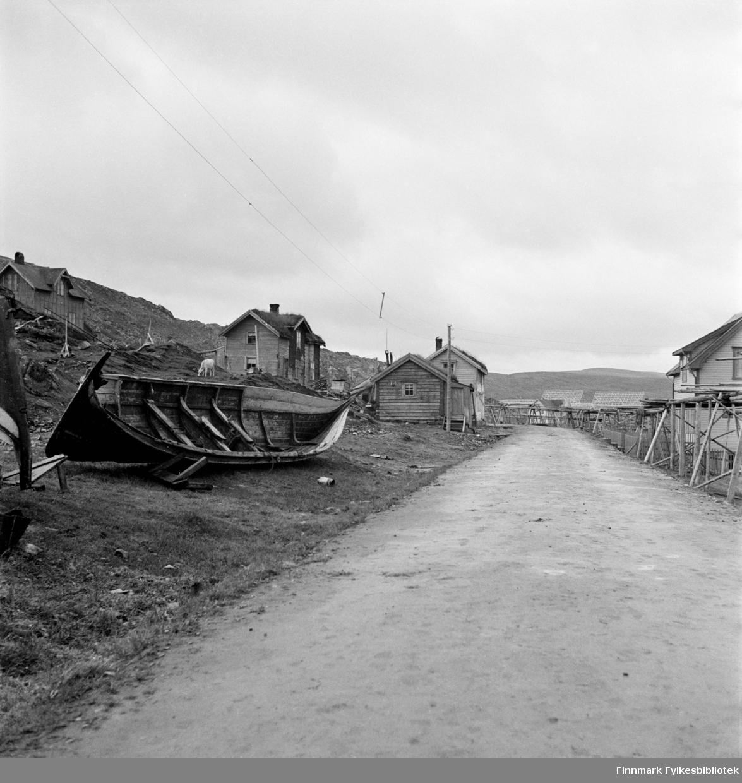 Kjøllefjord, fotografert i 1940. Veien ved Nissen-bruket mot Galgenes. Bildet er tatt oppfor Nissen, kalt Isaksen-huset, iflg. vår informant. Det samme bildet er publisert av Riksantikvaren. Dette er skannet fra originalnegativ.