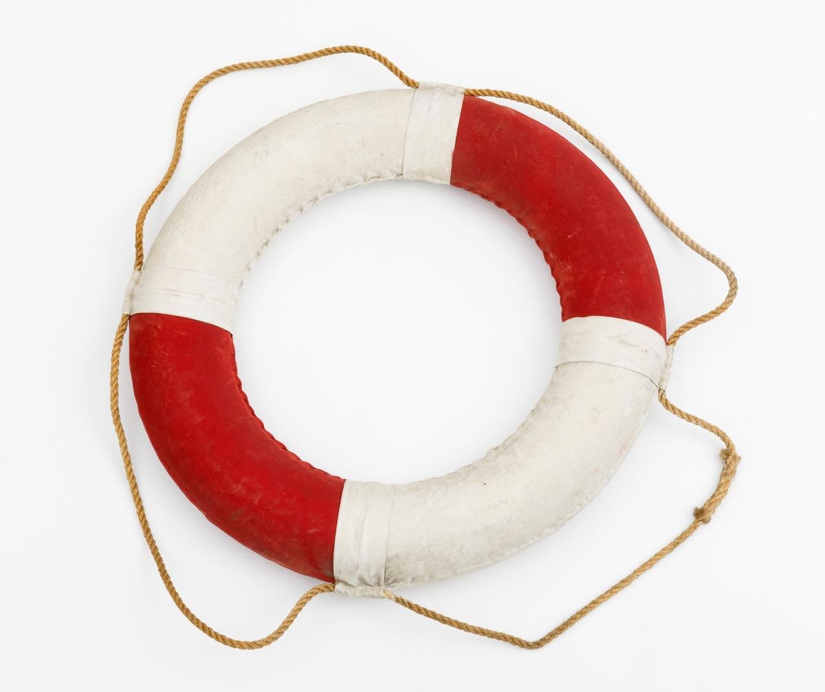 En ringformet livredningsbøye beregnet til å kastes ut i til personer som har falt ut i vannet. Redningsbøyen er utført i kork overtrukket med et vannavstøtende materiale, trolig lerretsstoff, seilduk.  Utenpå livbøyen er det festet et tau. Tauet har fire intakte festepunkter til flyteringen. Festepunktene for tauet består av et 6,5 centimeter bredt seilduksbånd som er sydd slik at det gir en spalteåpning til å tre hampetauet gjennom.  Seilduken som omslutter flyteringen er sydd stramt fast til flytelegemet.