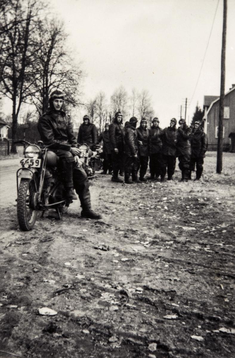 Gruppeportrett av trafikkmenn og mc- ordonnanser i Sverige under 2. verdenskrig.