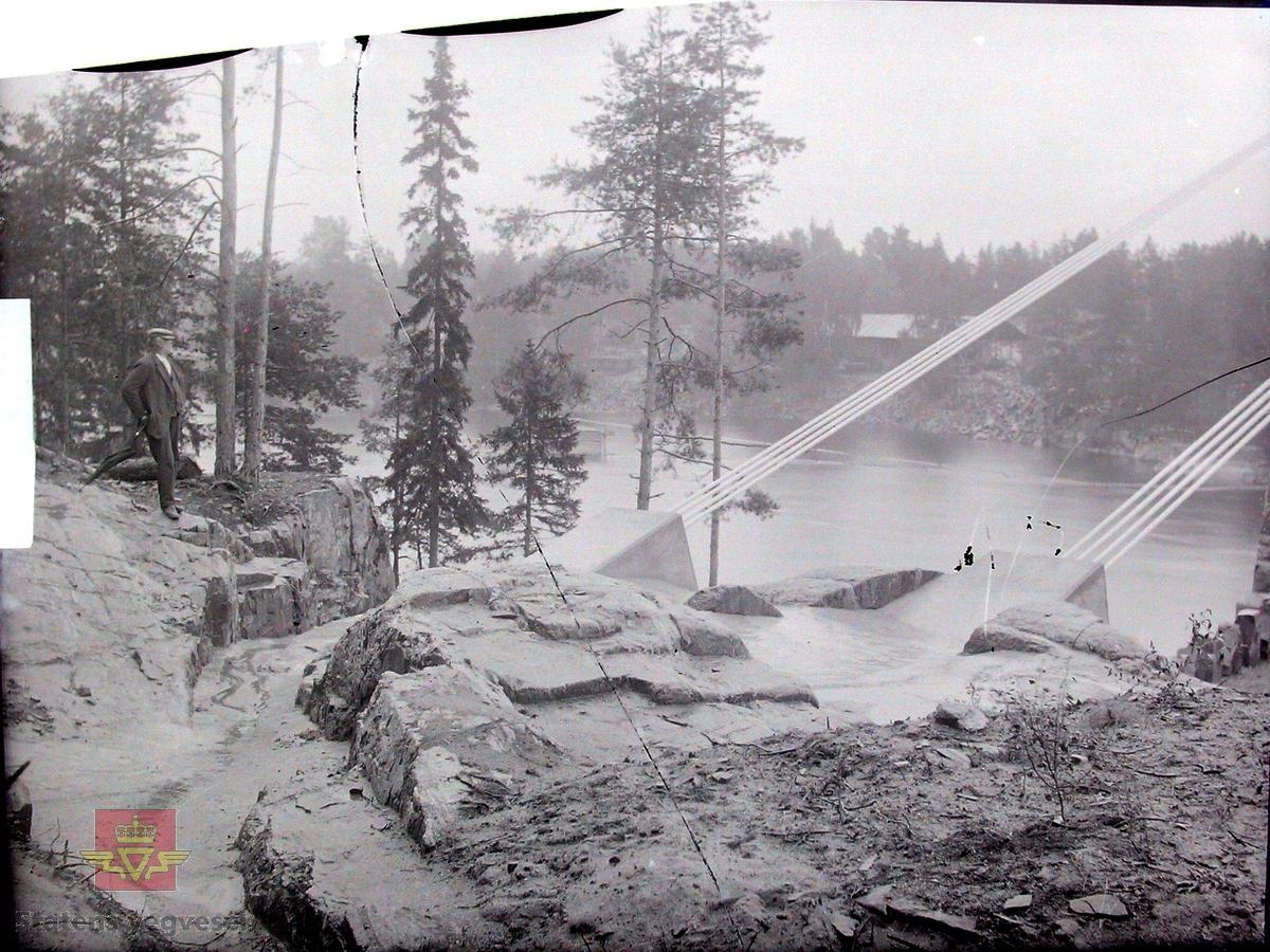 Gamle Gulsvik hengebru under bygging 1905. Brua har en  total lengde på 97 meter. Bygd i perioden 1903-1906 av Kværner Brug i Oslo. Inngikk som del av Hallingdalvegen fram til 1971 da vegen ble lagt om og ny bru bygd ved siden av. Da den ble bygd var dette Skandinavias lengste hengebru. Den er et tidlig eksempel på hengebru i Norge og er derfor tatt med i Nasjonal verneplan for veger, bruer og vegrelaterte kulturminner. Fredet ett § 22a i kulturminneloven i 2008. Rehabilitert med utskifting av tredekke og maling av stålkonstruksjoner i 2010.