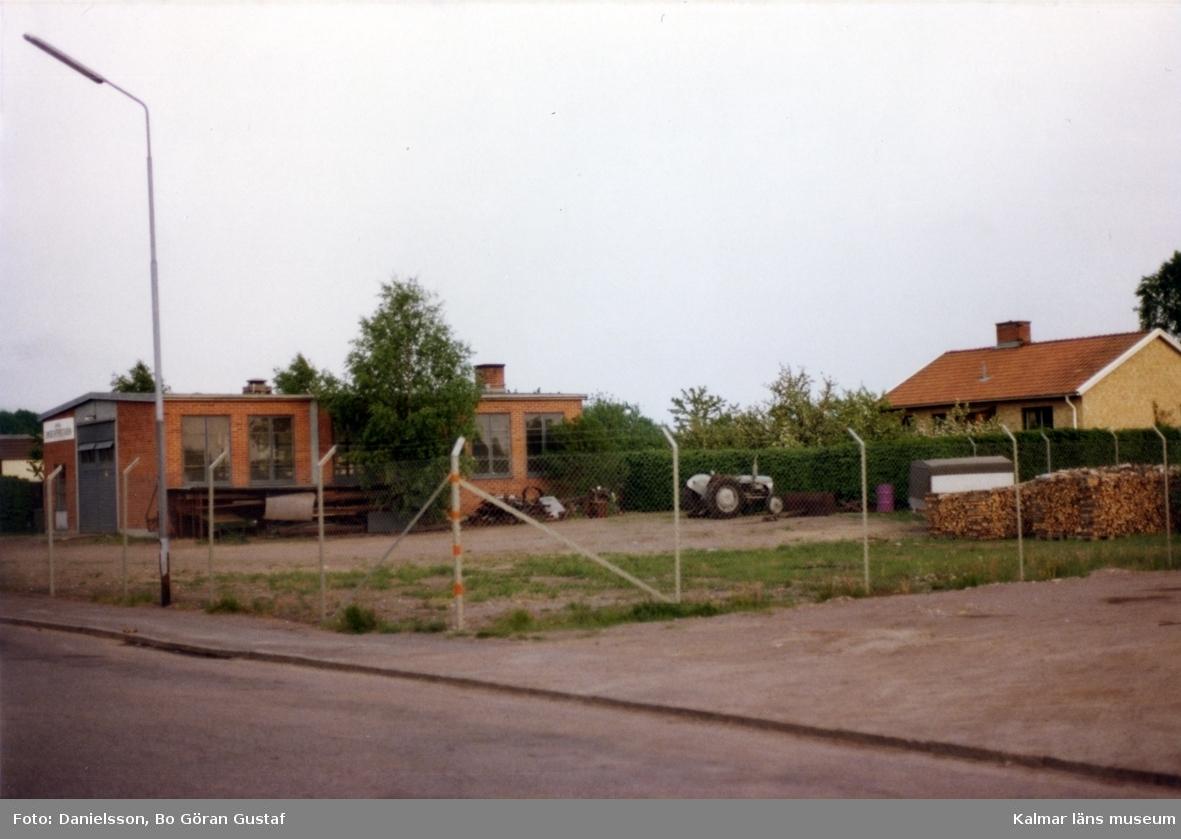 Verkstad med inhägnat område på Strömbergsvägen 3. Ägaren till byggnaden hette Olsson och byggmästaren var Bertil Danielsson.