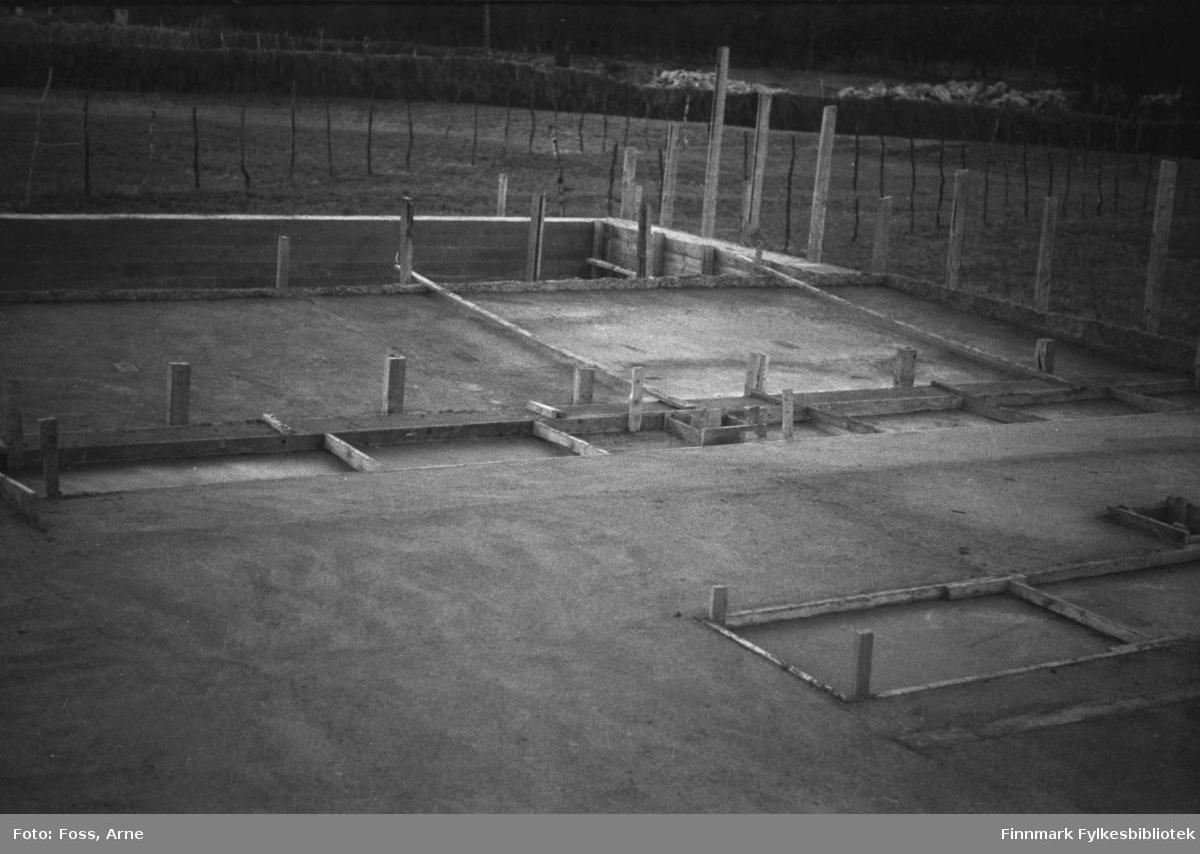 Gjenreisningsarbeid foregår i Tanadalen, august-september 1946. Grunnmur til gjenreisningshus er klar.
