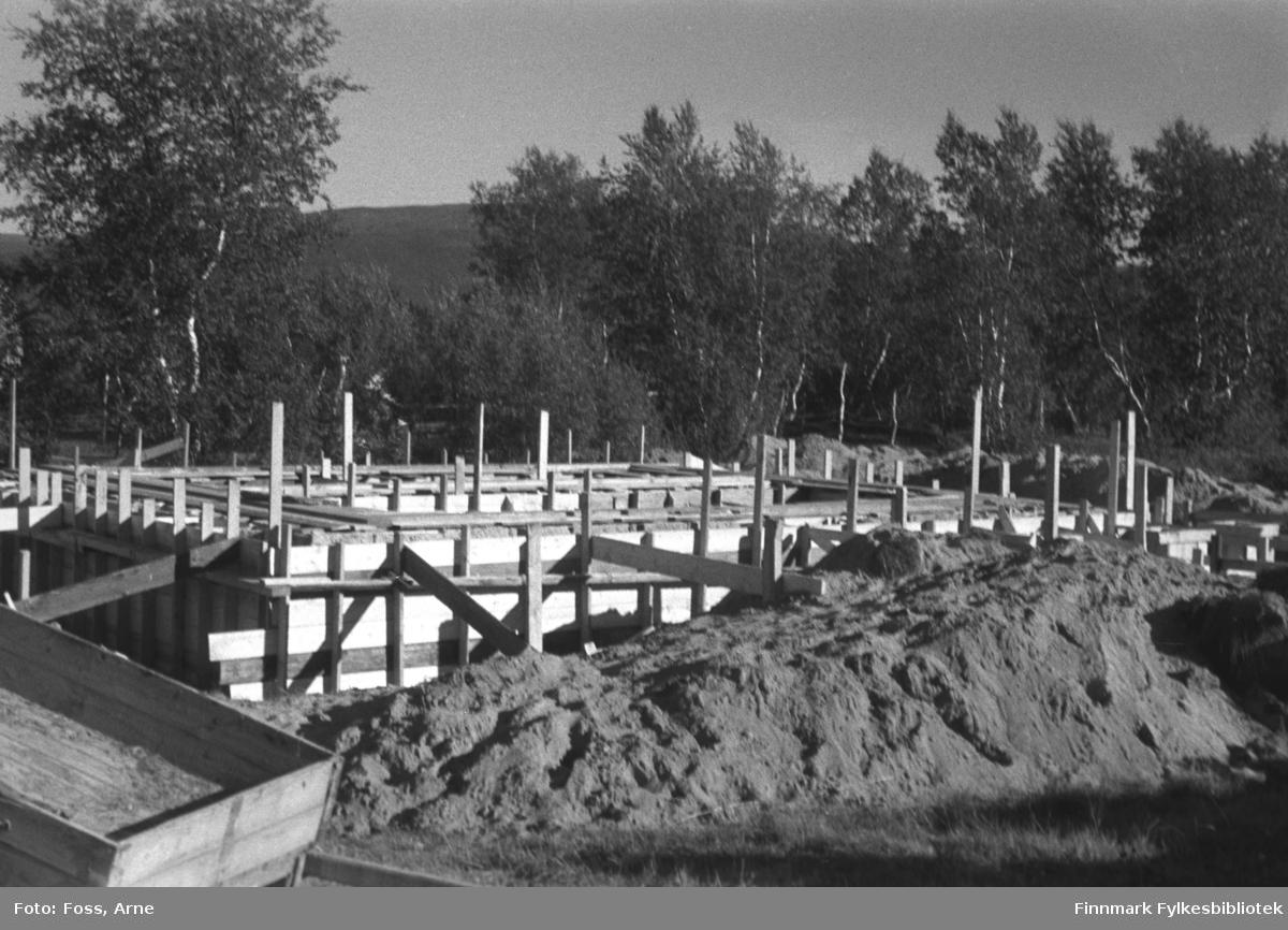 Gjenreisningsarbeid foregår i Tanadalen, august-september 1946. Grunnmur til gjenreisningshus under prosess.