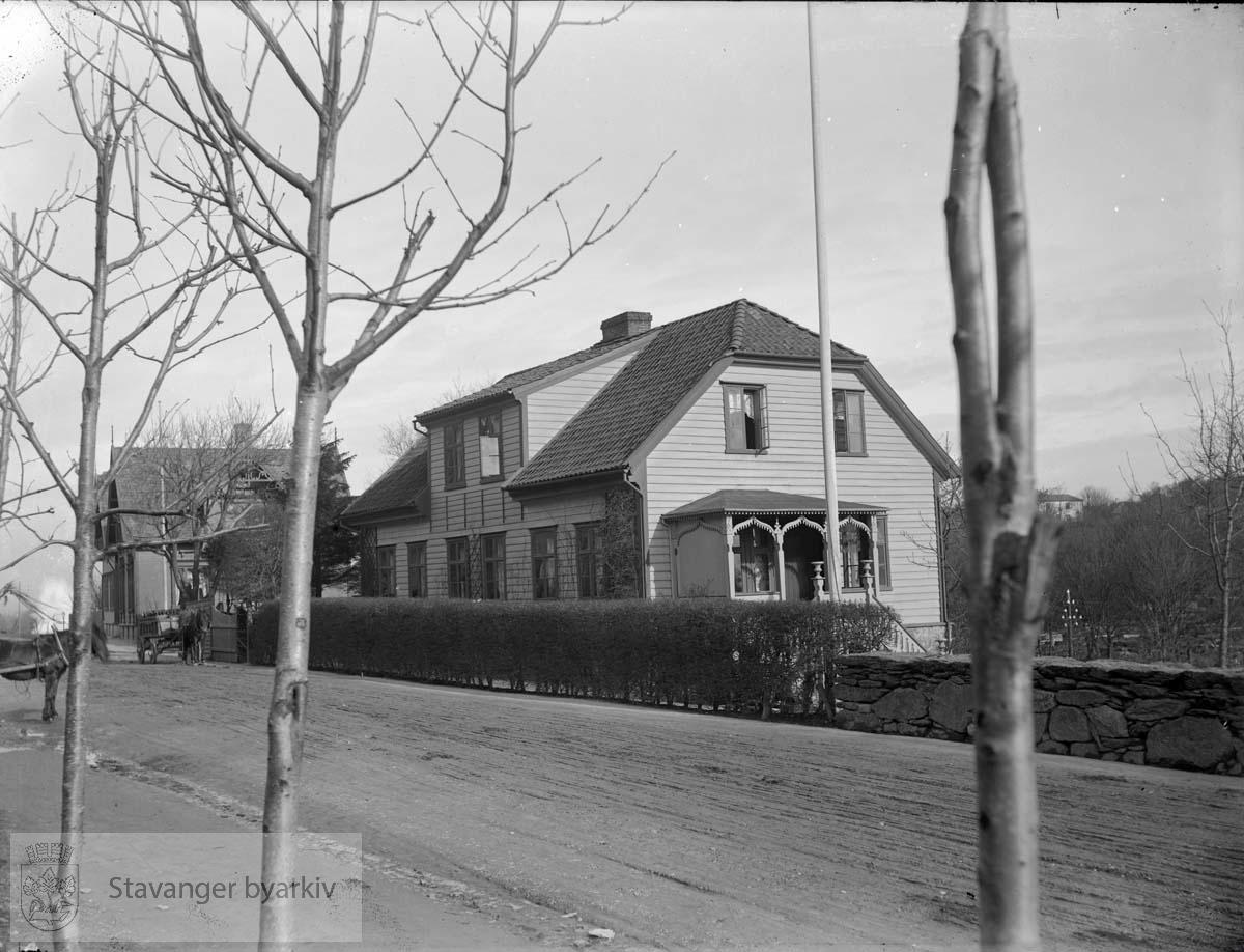 """Villa i sveitserstil. Bygningskroppen besto av et hus som var flyttet fra Hjelmeland av krigskommissær Tausan. Politimester Salicath moderniserte huset til Sveitserstil. Etter politimester Salicath ble eiendommen kalt """"Salicathhuset."""""""