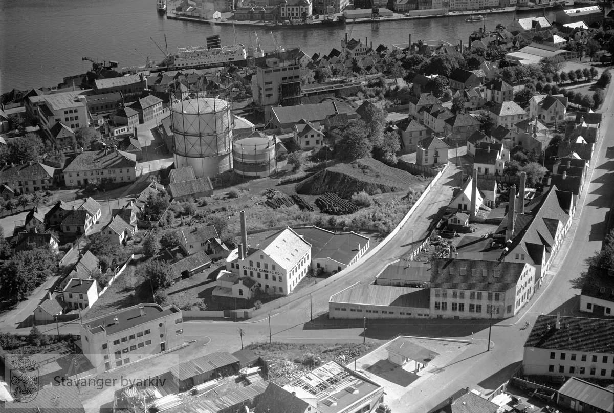 Stavanger midtre og indre. Mot S.Ø...Gassverket midt i bildet. Mot Vågen...Til høyre går Sverdrups gate og Tanke Svilands gate..