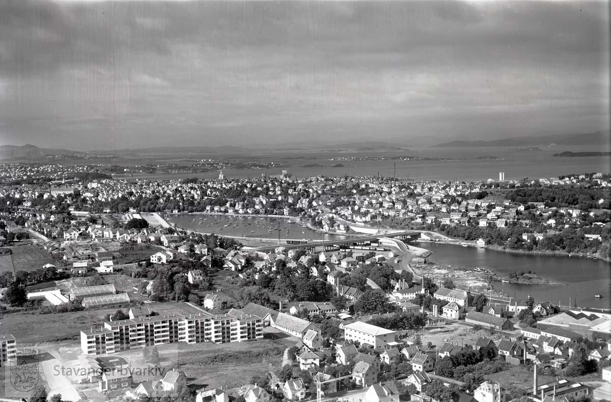 Stavanger ytre og midtre. Hillevåg. Mot N.Ø...Mot Hillevågsvannet og Strømsbroen. Hillevåg Terrasse i midte til venstre.
