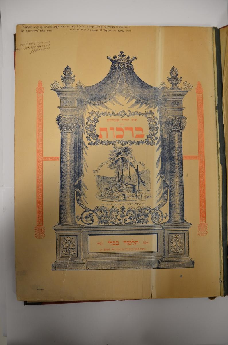 """Første traktat i Mishnahs Zeraim (velsignelses-traktaten fra den babylonske Talmud). Omhandler regler rundt ulike bønner. Bokens første sider har en del håndskrevne setninger på jiddish og hebraisk. De sier følgende: """"Boken ble donert av Mordechai Basman og hans kone Ester Rivka til Edat Yisraels bet midrash til minne om Yaakov Zvi og Sara Dvora, 9. nisan i Kristiania"""" (9. april 1919); """"Det er ikke lov å ta boken ut av beit midrash"""" (skrevet på jiddish); """"Donert til bet hamidrash hos Edat Moshe, Israelitiske Menighed i byen Kristiania, Norges hovedstad"""". Stemplet med Rabbiner Lewithans stempel.  Utgitt i London. Språk: hebraisk"""