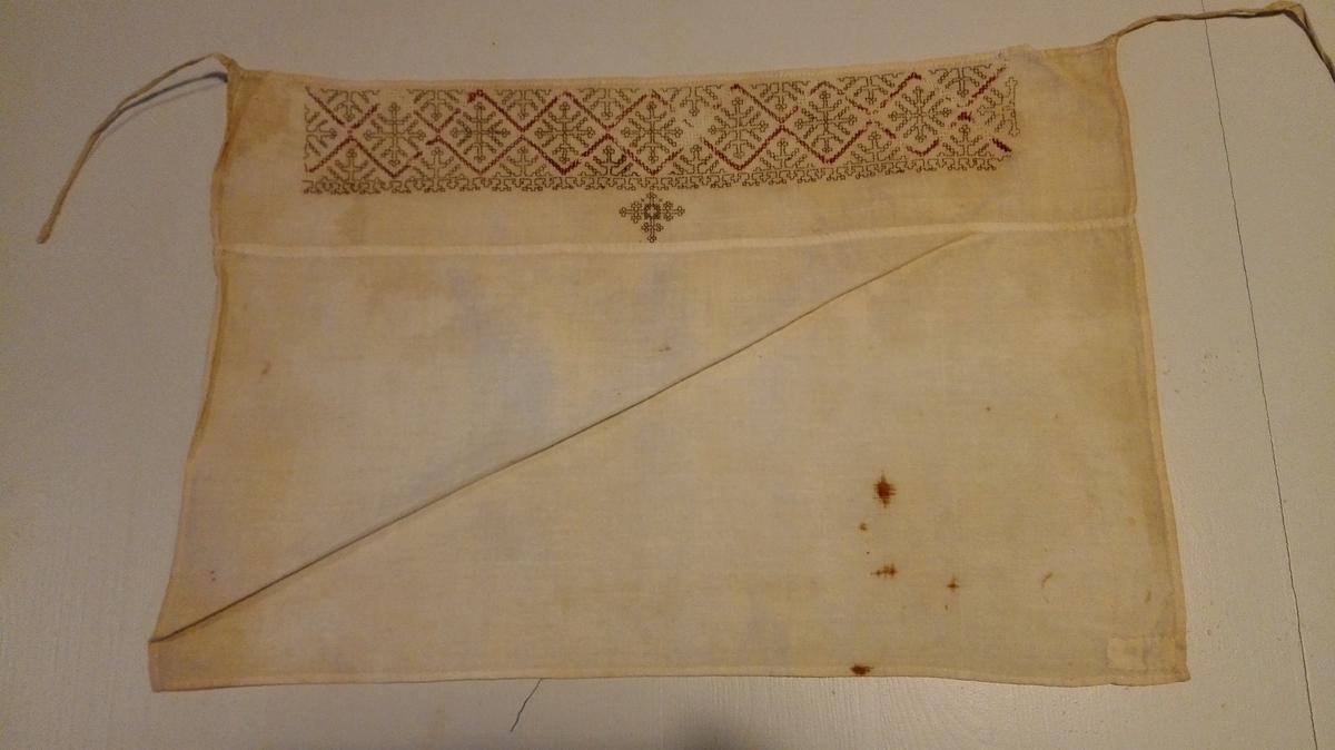 1 hyllik.  Hyllik, 40,5 x 27,5 cm. Langs forreste kant et 4,7 cm bredt broderi i sort og rødt.  Gave fra gaardbruker Knut Kjelven, Arnafjord.