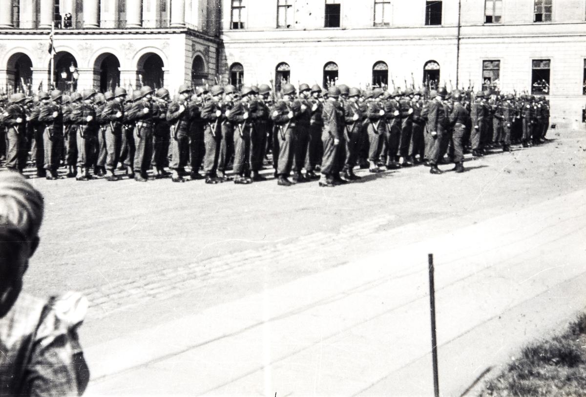 Amerikanske soldater i parade på vei opp til Slottet på de alliertes dag, 8 mai 1945.