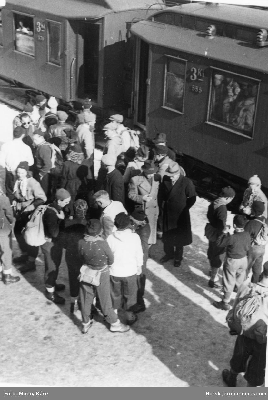 Reisende ved et persontog på Kongsberg stasjon.