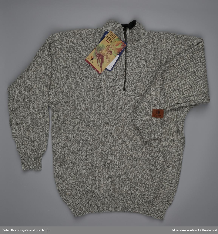 cedd660b Janus ullgenser med hals og glidelåslukking i naturgrå melert ull. Pakka i  plast- og