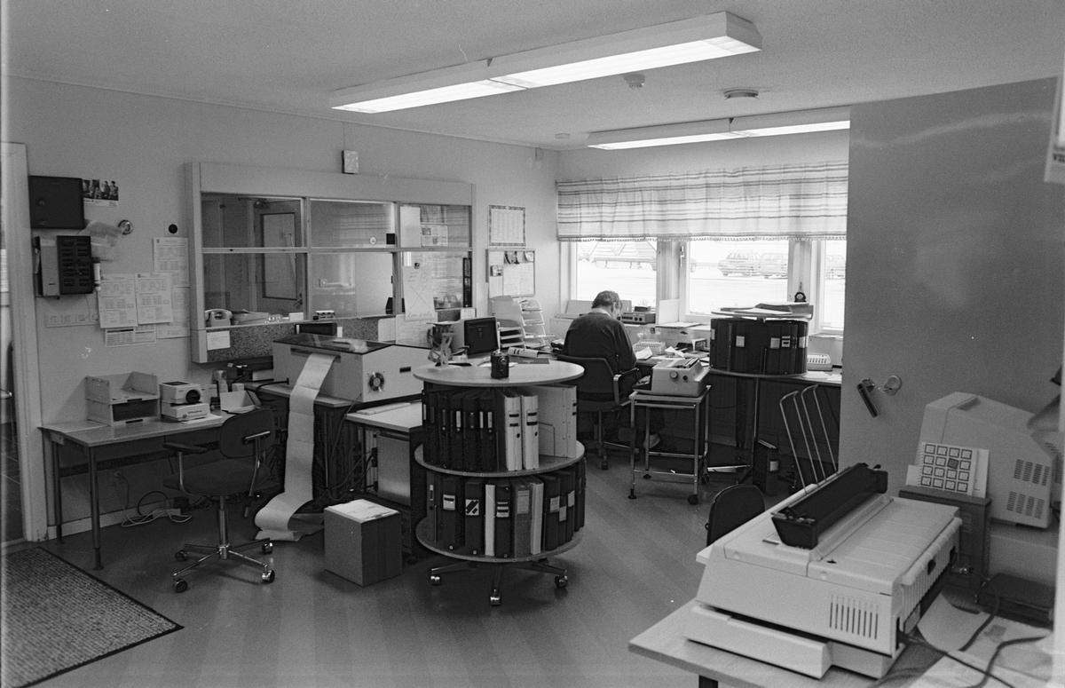 Bernt Leonardsson på kontoret, Vittinge Tegelbruks AB, Vittinge socken, Uppland 1986 - 1987