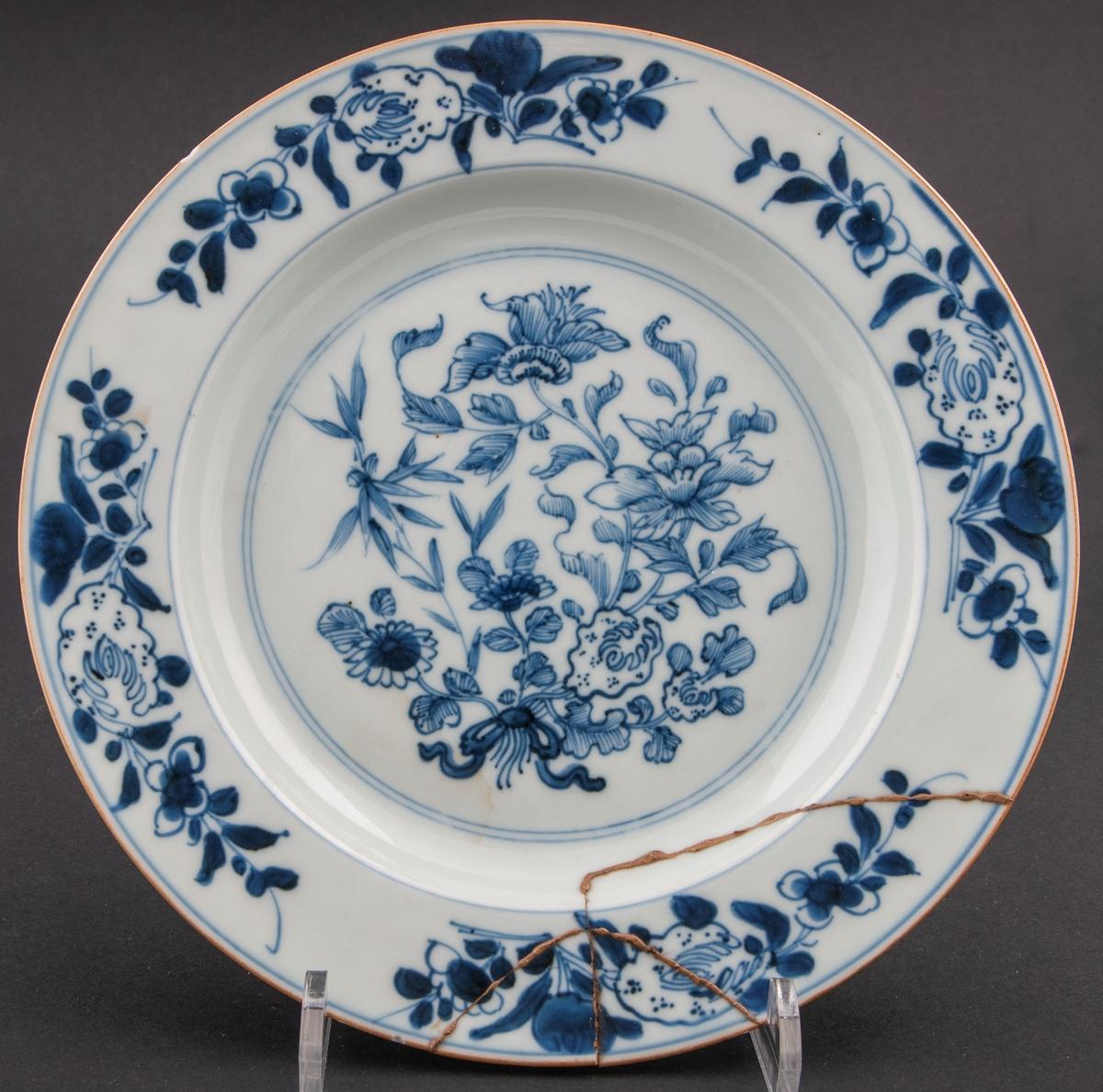 Tallrikar 3 st. Olika dekor. Lagade. ostindiskt porslin. Blåvit bottenglasyr med blå blomdekor i underglasyr. Utan fabrikationsmärke. Komaniporslin.