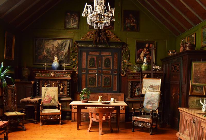 Atelieret/stuen til Tilla og Otto Valstad, bygd på av Otto i 1907. Her finnes unike samlegjenstander fra inn- og utland. (Foto/Photo)