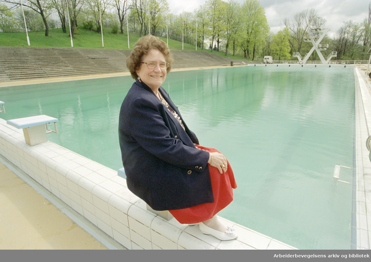 Frognerbadet. Jorun Lie ønsker velkommen til et flislagt hovedbasseng. 18. mai 1995