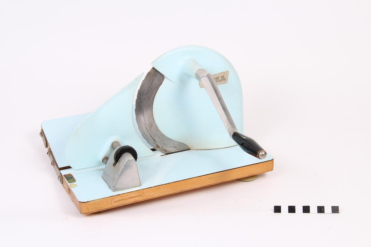 Lyseblå brødskjæremaskin.