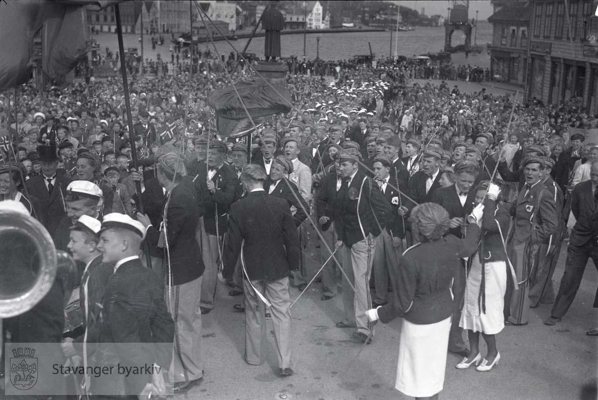17. mai 1938...Vågen og Kielland-statuen i bakgrunnen