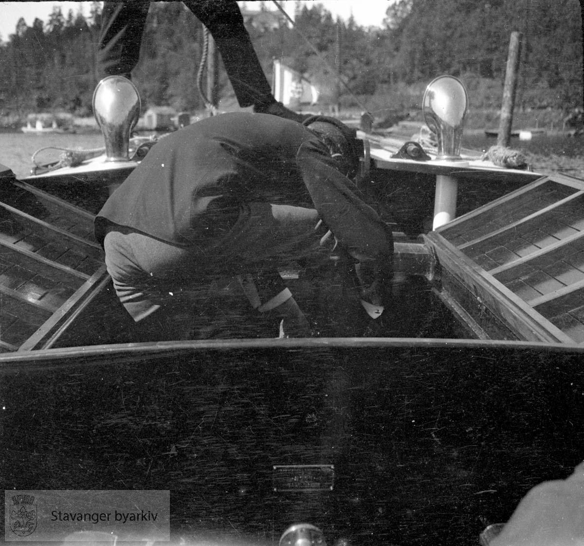 Mann i båt ...Seilbåt.Seilskute