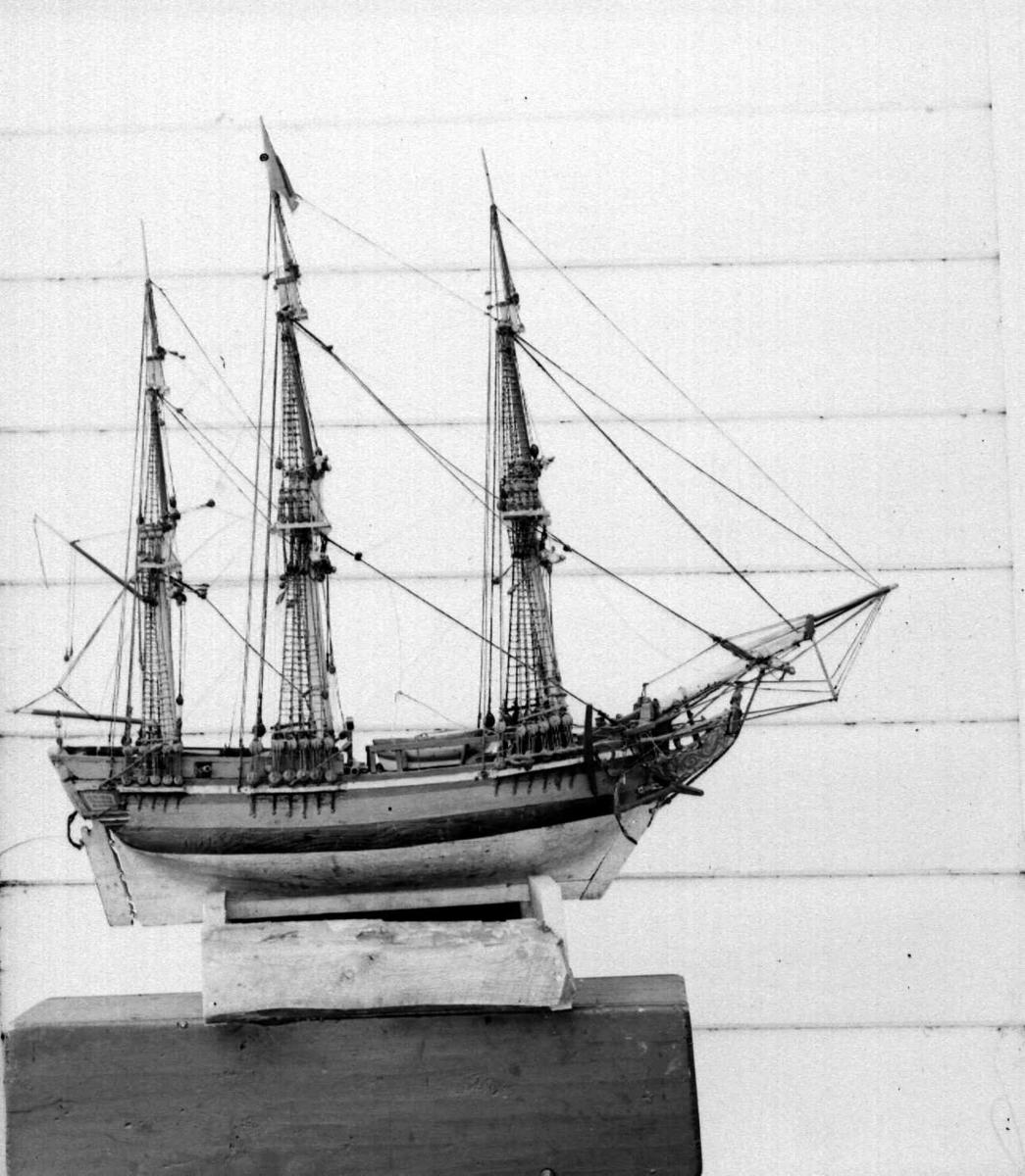 Utskåret tre-master, seilskip, bark - kirkeskipet i Fåberg kirke.