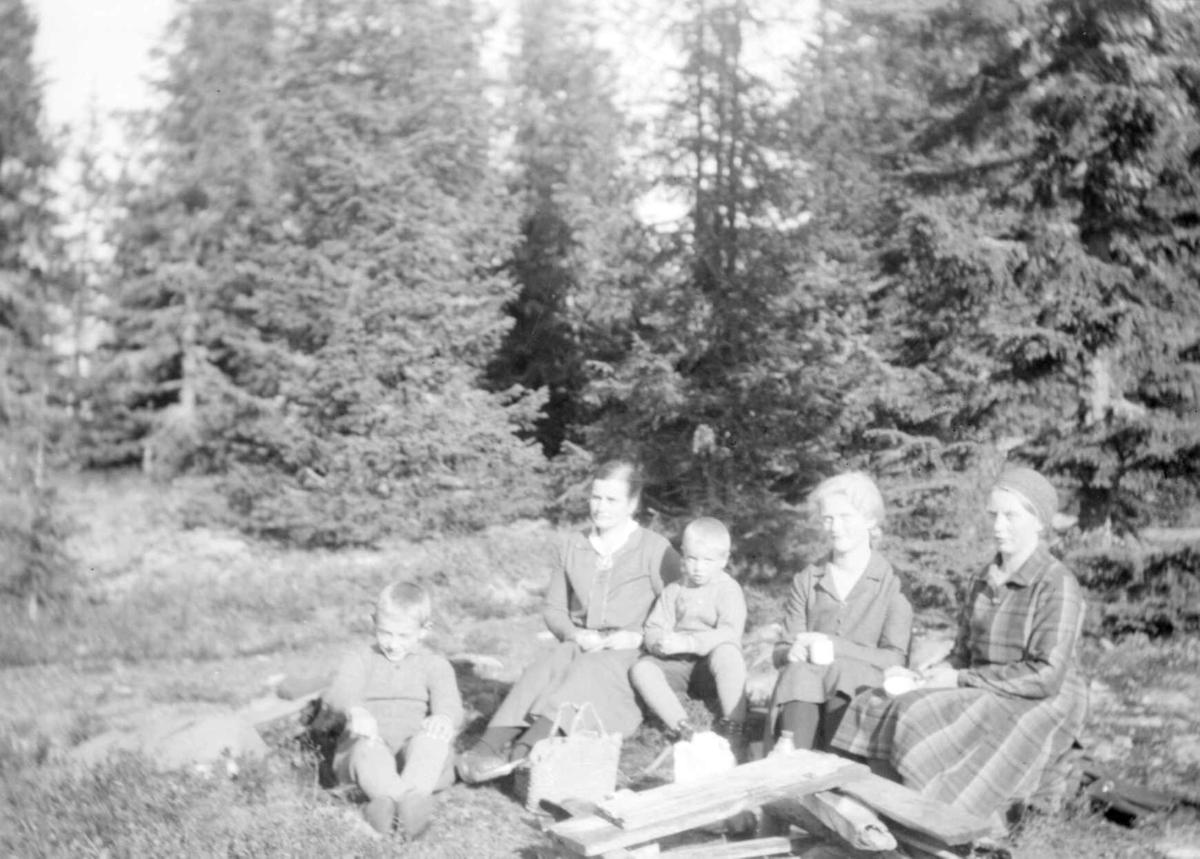 Voksne og barn tar en rast ved Balbergskampen.