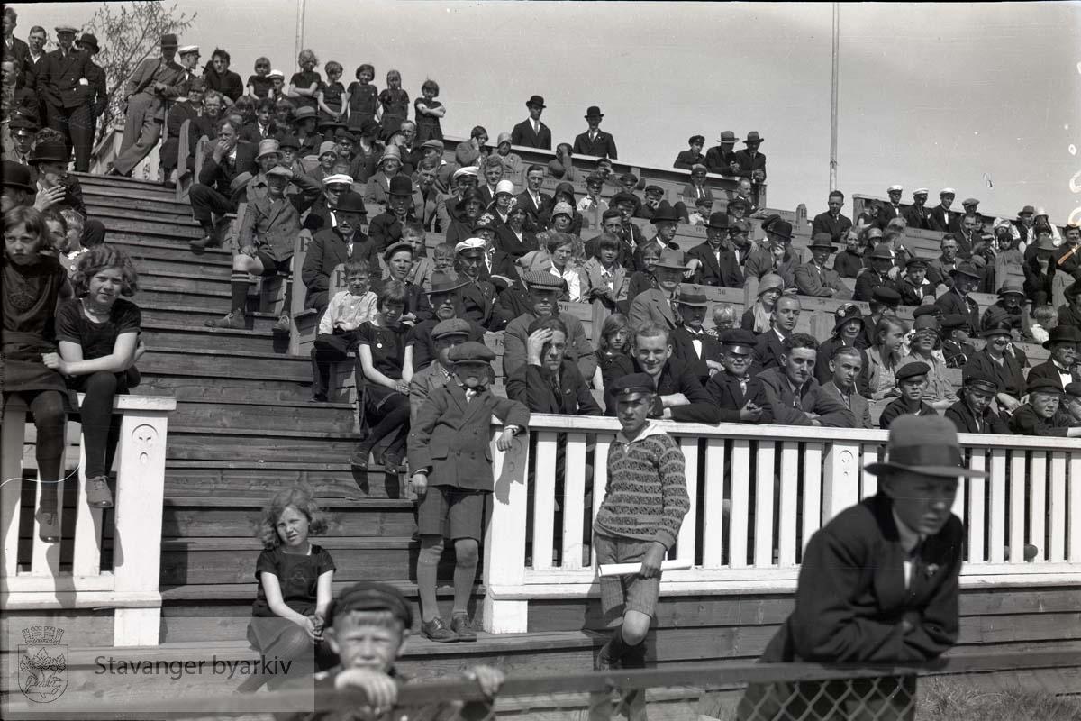 Tilskuere på tribunen ved Stavanger Stadion