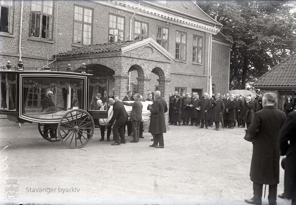 J.S. Kiellands bisettelse. Kisten legges på begravelsesvogna.
