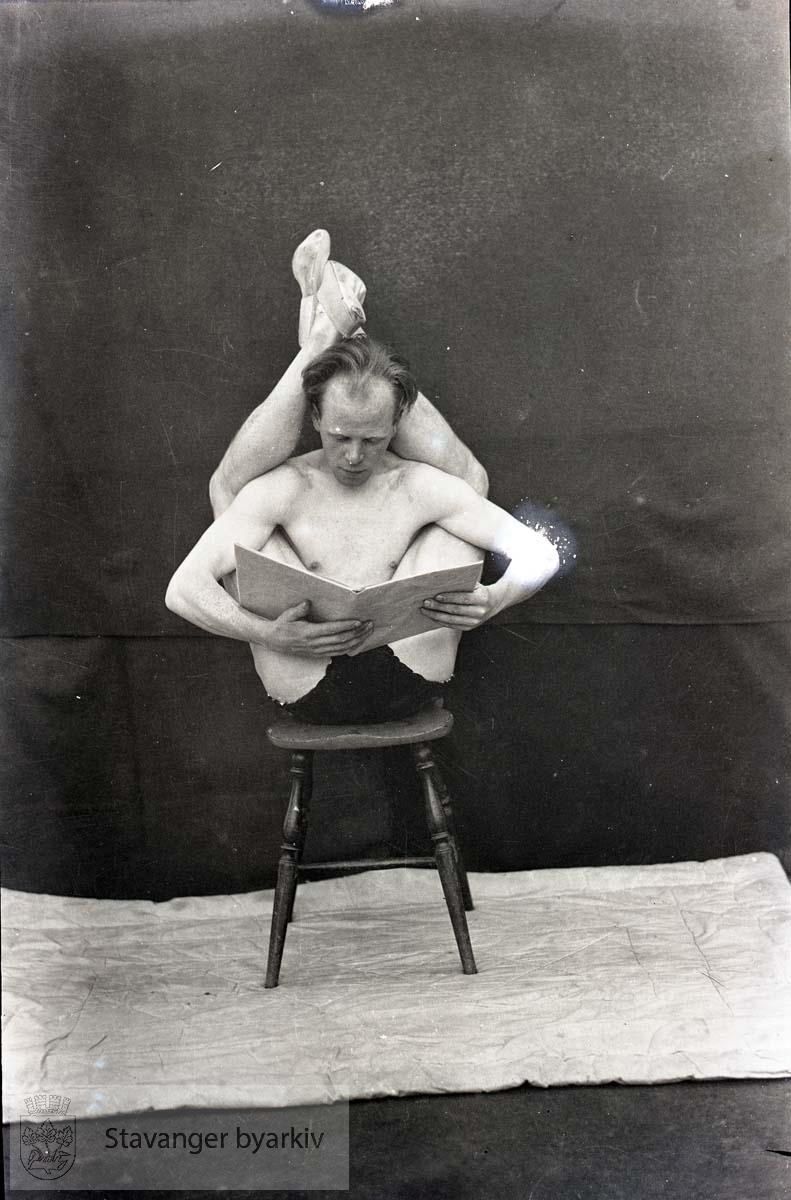 """Sannsynligvis Yngvar Jensen (f. 1910) som gikk under artistnavnet Bill Reading. Fikk tilnavnet """"Korketrekkeren""""."""