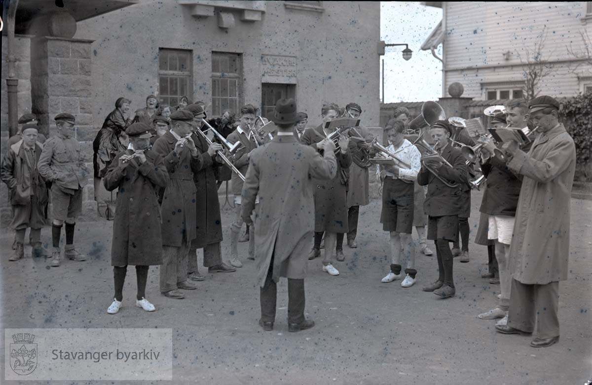 Musikkorps i skolegården