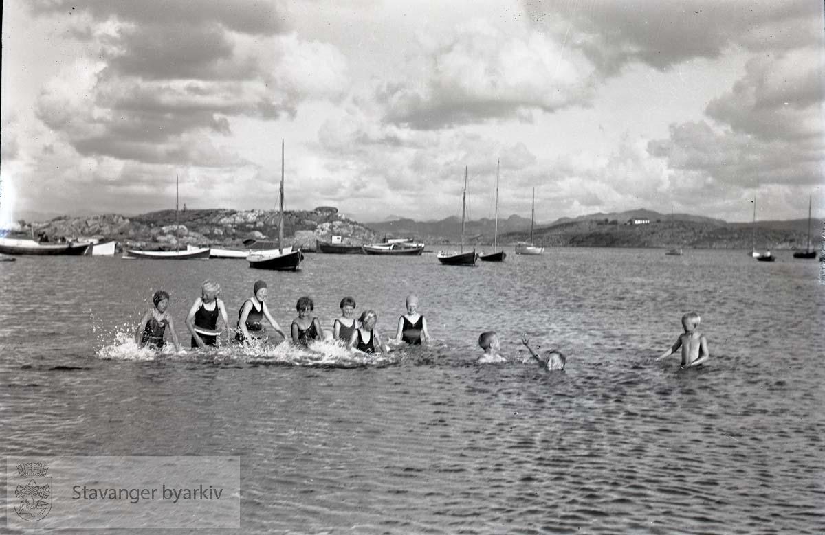 Barn som bader ved byøyene