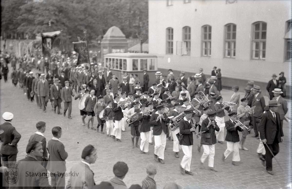 Korps og deltakere marsjerer forbi posthuset.