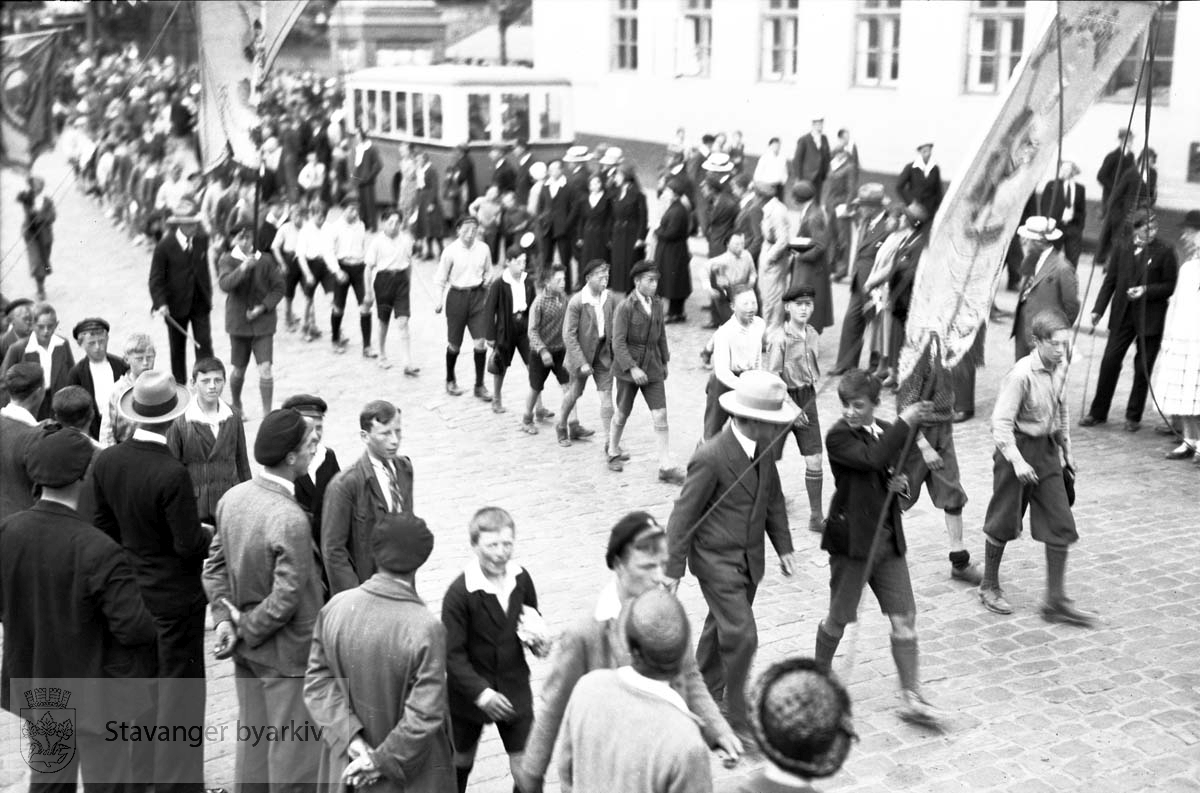 Friidrettsstevne for gutter, Stavanger stadion.Parade gjennom sentrum