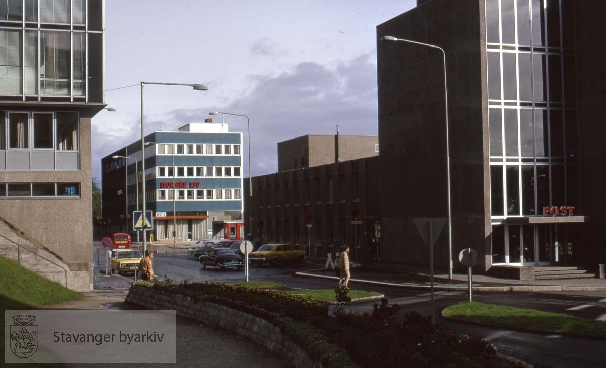 Fra venstre Rådhuset (tidl. kommunebiblioteket), Tveteraasbygget, Posthuset. Mot nord.